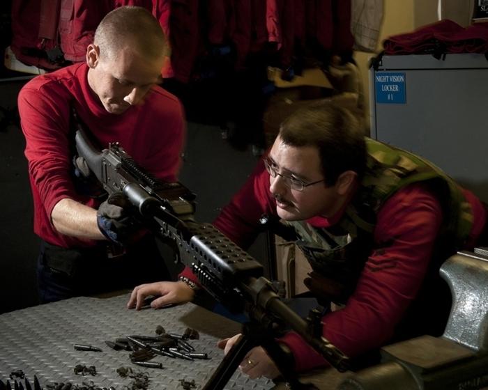 훈련에 임하는 칼 빈슨(CVN-70)함의 대원들의 모습