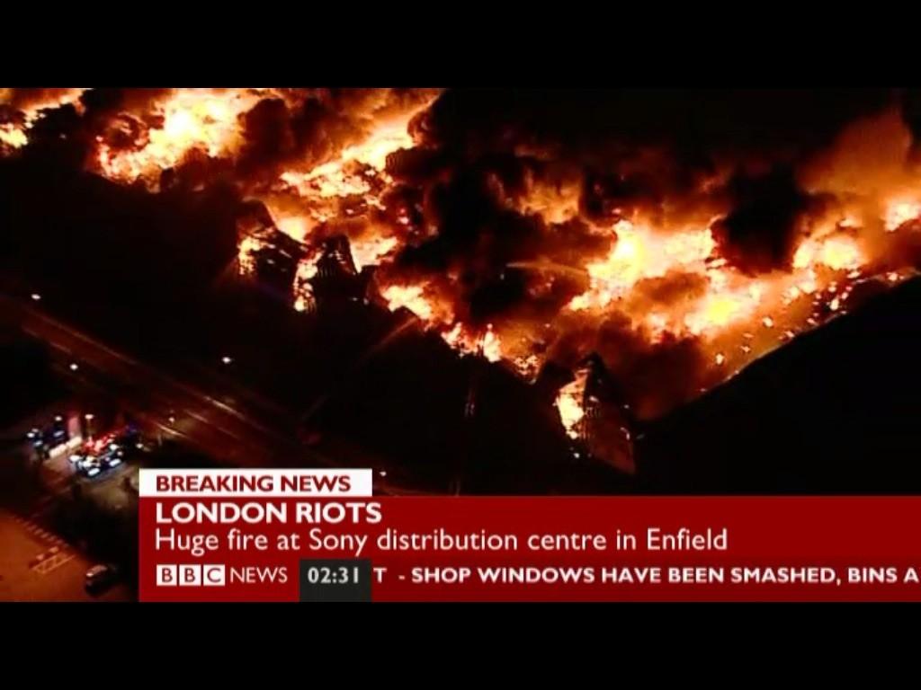 'SONY'런던배송센터가 폭동으로 인해 방화가 되..