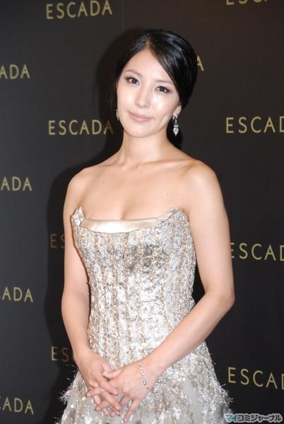 BoA, 화려한 섹시 드레스 차림 선보여. '부유한 기..