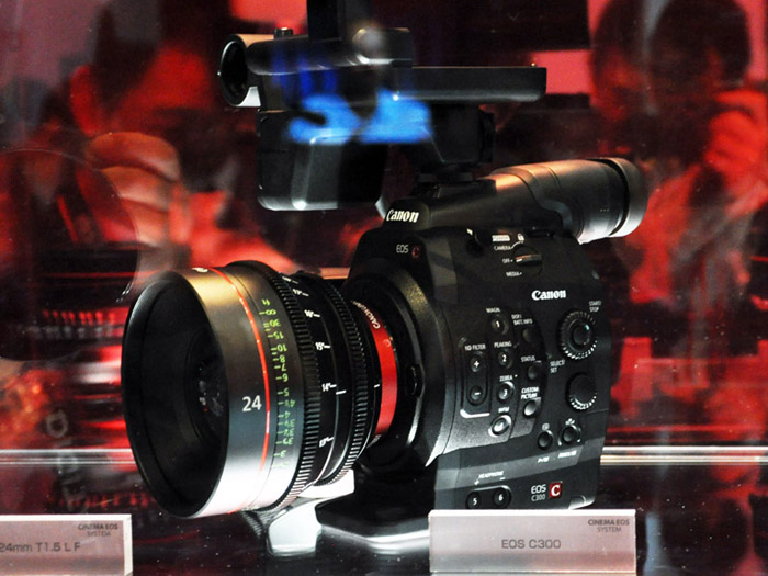 캐논에서 아예 영화용 카메라를 내 놓았네요.