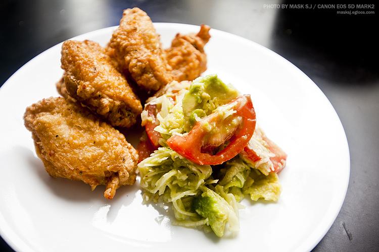 닭날개튀김과 아보카도샐러드. 치킨&샐러드