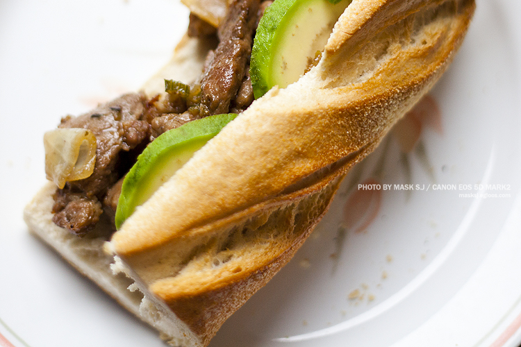터프한 돼지고기볶음 바게트 샌드위치